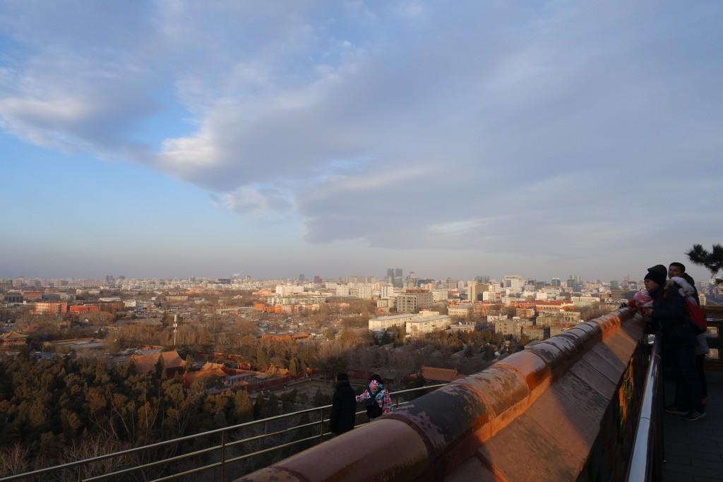 정상에서 내려다보는 베이징 시내 전경. 한국의 수도 서울보다 약 2.7배 더 넓은 베이징 시내가 한 눈에 들어온다.