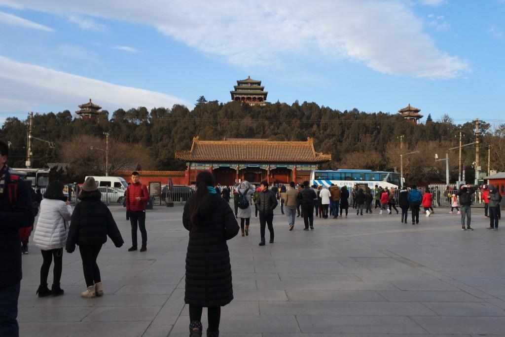 자금성 북문과 마주하고 있는 징샨공원 남문 입구로 관광객들의 발길이 이어지고 있다.