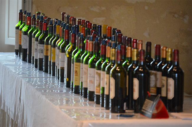 2014년 와인선물시장에서 와인들이 테이스터들을 기다리고 있다.