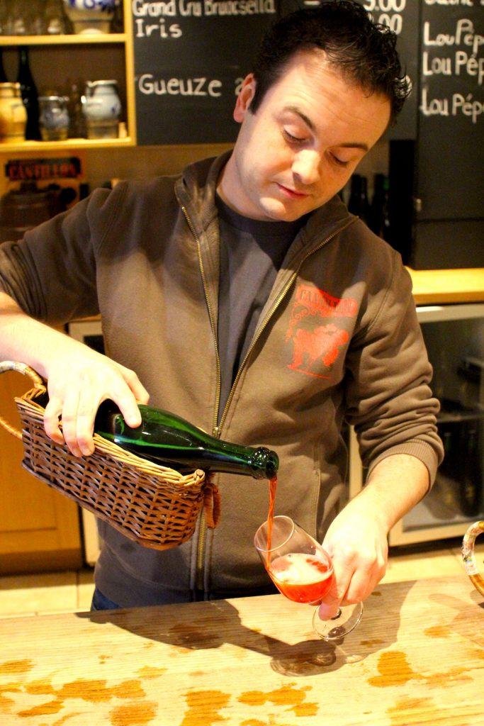 [사진 002] 크릭 맥주 Kriek를 따라는 직원.