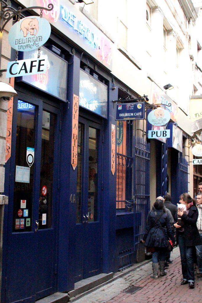 [사진 006] 델리리움 카페 앞.
