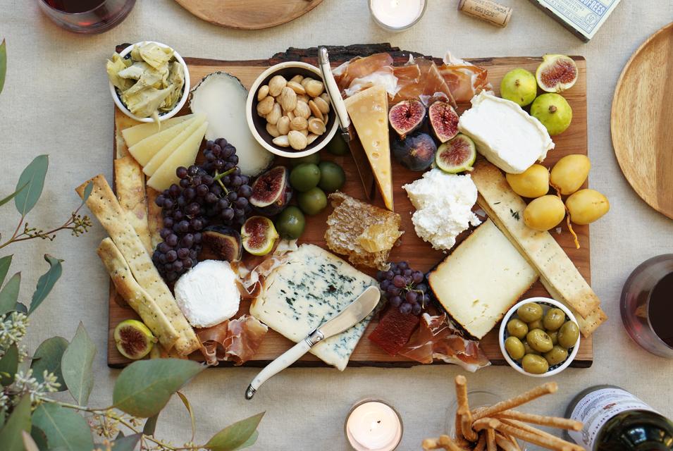 [사진 1. 치즈 플레이팅] 출처: http://honestlyyum.com/11492/the-perfect-fall-cheese-platter/