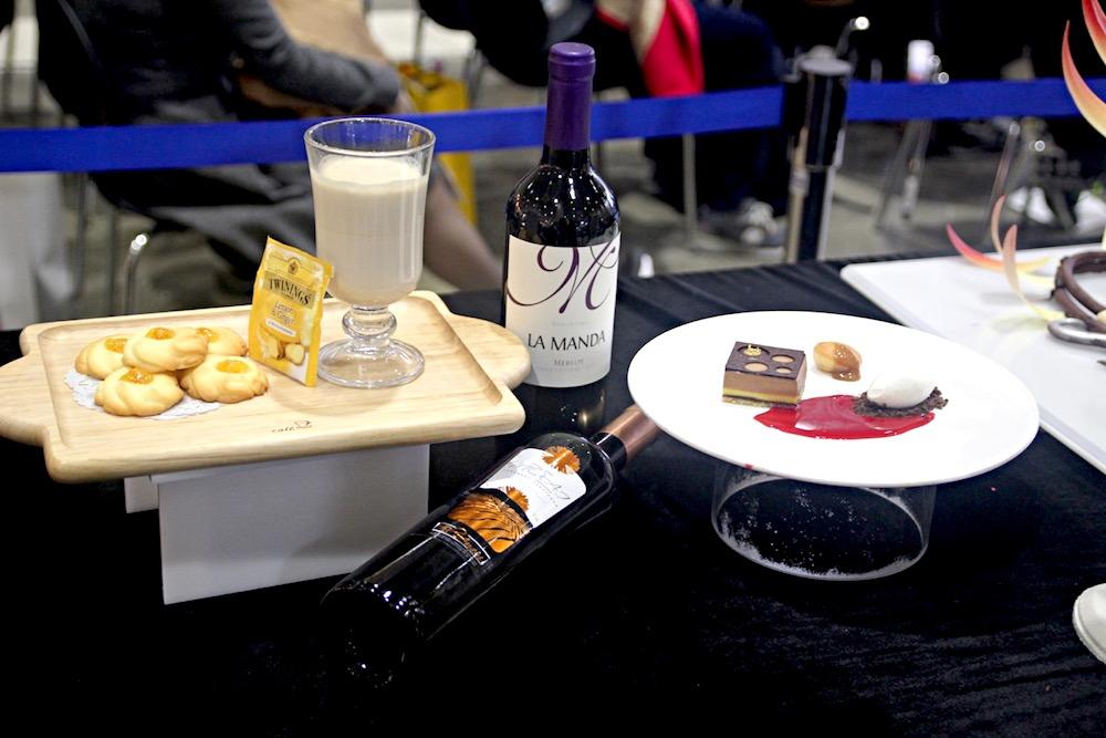 사진) 이벤트현장의 전시품으로 와인과 디저트가 진열되어있다.